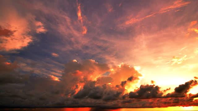 Sonnenuntergang und Wolkengebilde bewegen