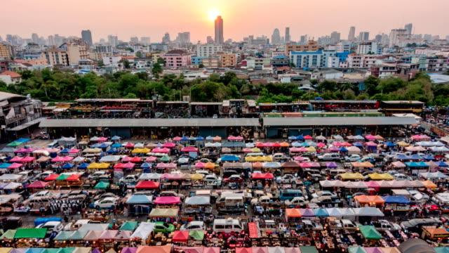 Solnedgången och skymningen tid dagen till natt på marknad i Bangkok, Thailand