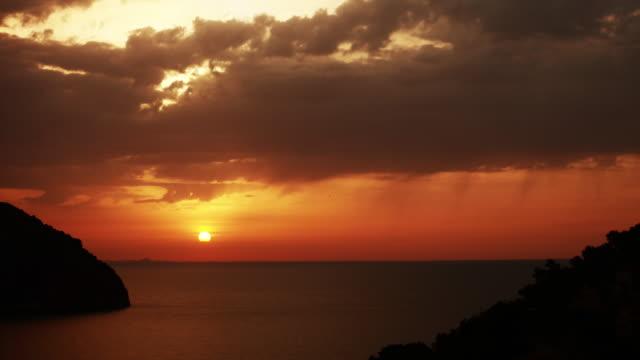 Zonsondergang in tropisch landschap. Rode, humeurig hemel