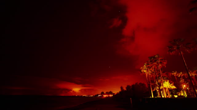 Zonsondergang in tropisch landschap. Rode hemel