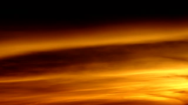 Solnedgång flyttar moln