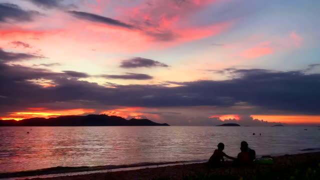 Sonnenuntergang oder Sonnenaufgang über dem Meer