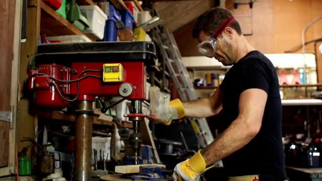 Super Slow Motion HD, carpentiere o falegname con pilastro punta