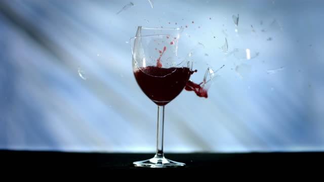 HD Super Slow-motion: Bullet rompere un bicchiere da vino