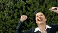 Super Zeitlupe, HD: Fröhlich Geschäftsfrau im Regen