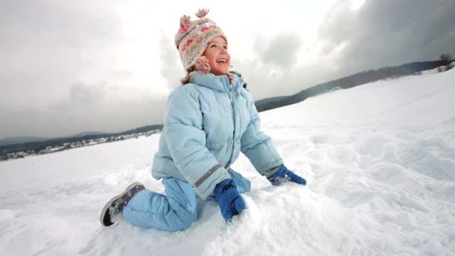 Super Zeitlupe, HD: Kinder werfen Schnee In der Luft