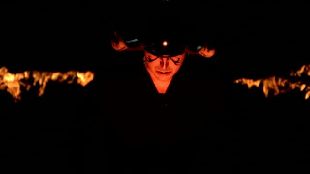 HD Super Slow-motion: Demone su sfondo di fuoco