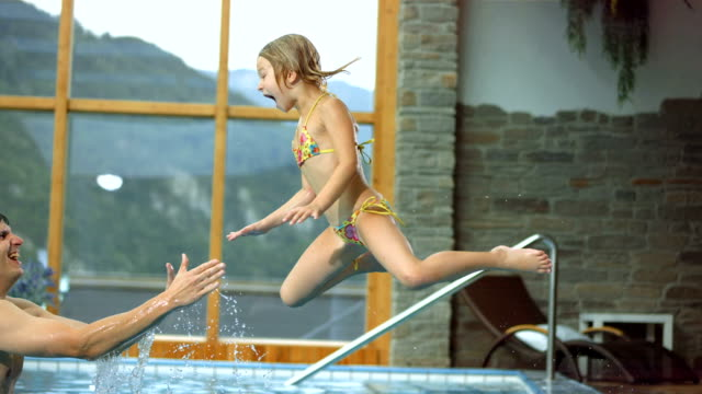 HD Super Slow-motion: Padre guardando Sua figlia In piscina