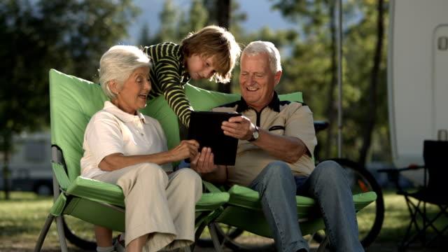 Super Zeitlupe, HD: Enkel Unterricht Großeltern mit digitalen Tablet