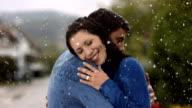 Super Zeitlupe, HD: Glückliches Paar umarmen im Regen