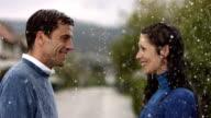 HD Super Slow-motion: Coppia felice sotto la pioggia