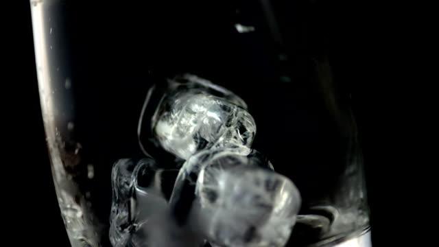 HD Super Slow-motion: Cubetti di ghiaccio cadere in un bicchiere