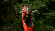 HD Super Slow-motion: Kayak saltare fuori la Rock