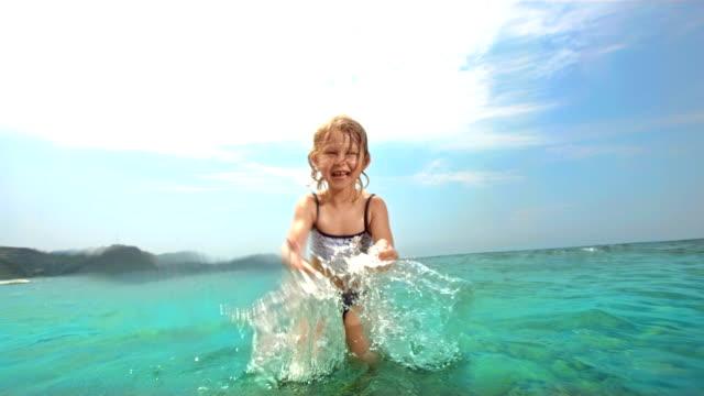 Super Zeitlupe, HD: Kleines Mädchen Baden Wasser in die Kamera.