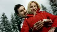 HD Super Slow-motion: Amorevole donna uomo propone una
