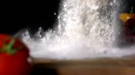 HD Super Slow-motion: Versare farina sul tavolo di cucina