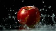 Super Zeitlupe, HD: Gießen Wasser auf einem Apple