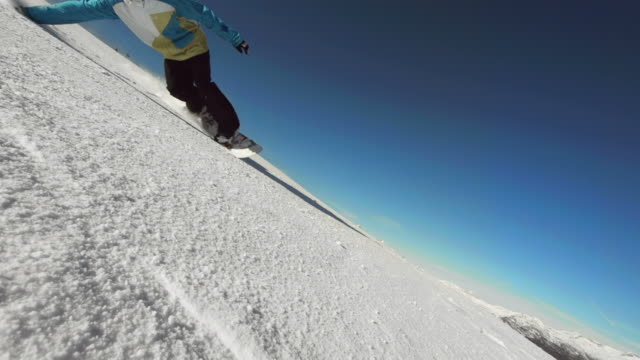 HD Super Slow-motion: Professional Snowboarder Carving attraverso la neve