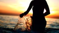 Super Zeitlupe, HD: Silhouette einer Frau, die Entspannung Wasser