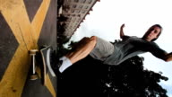 Super Zeitlupe, HD: Skateboarder springen über die Kamera