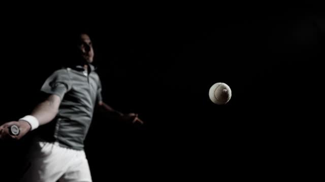 HD Super Slow-motion: Tennis Giocatore di colpire una palla polvere