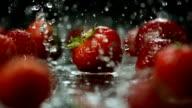 Super Zeitlupe, HD: Wassertropfen fallen auf Erdbeeren