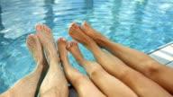 Super Zeitlupe, HD: Winken mit Füßen am Pool