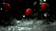 Super Zeitlupe, HD: Erdbeeren fallen auf nassen Oberflächen