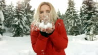 HD Super Slow-motion: Giovane donna soffiare neve