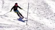 HD Super Slow-motion: Giovane donna praticare Slalom