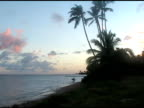 Surfer Sie das Meer bei Sonnenuntergang