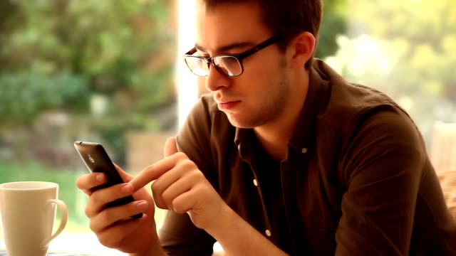 Navigare in Internet, telefono cellulare.