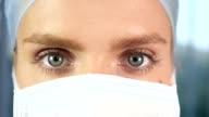 Chirurg Gesicht mit blauen Augen