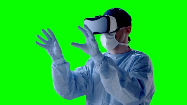 Chirurg mit virtual-Reality-Brille während der medizinischen Forschung