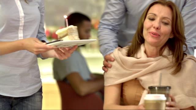 MS PAN überraschenden Großmutter mit Geburtstag Kuchen
