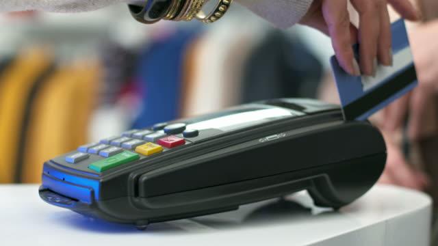HD: Das Durchziehen der Kreditkarte