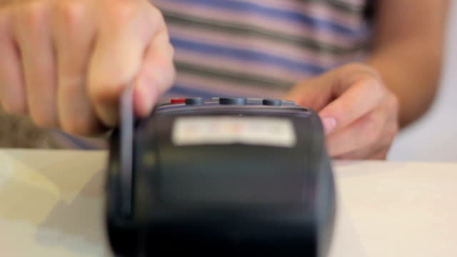 Das Durchziehen der Kreditkarte