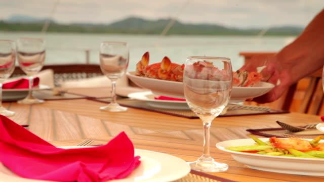 Tavolo per il pranzo. Frutti di mare.