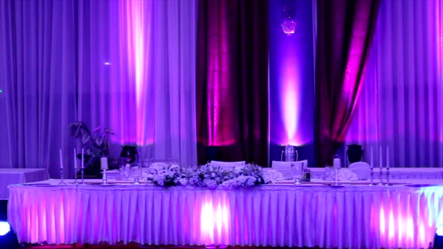 Impostazione della tabella ad un ricevimento di nozze di lusso