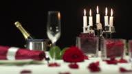 HD: Gedeckter Tisch für das Abendessen bei Kerzenlicht