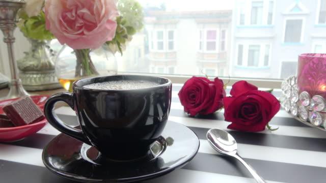 Instelling van de tabel met een uitzicht op de stad voor gezellige koffiepauze