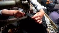 Schneider arbeiten mit Nähmaschine