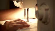 Schneider arbeitet mit Nähmaschine