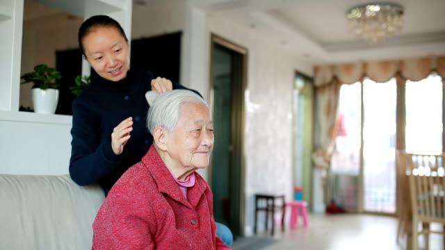 Kümmert sich um ältere Frau Kämmen
