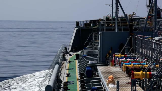 Tankschiff unter Schutz auf das offene Meer.