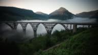 Tara-Brücke in den Bergen auf den Sonnenaufgang. TM