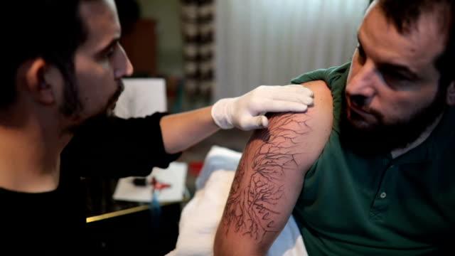 Eines Mannes Arm tätowieren