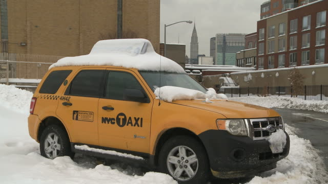 WS Taxi stuck in snow / New York City, New York, USA