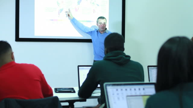 Lehrer in der Klasse Zimmer mit Studenten