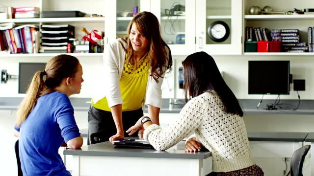 Lehrer mit Schüler im Klassenzimmer arbeiten